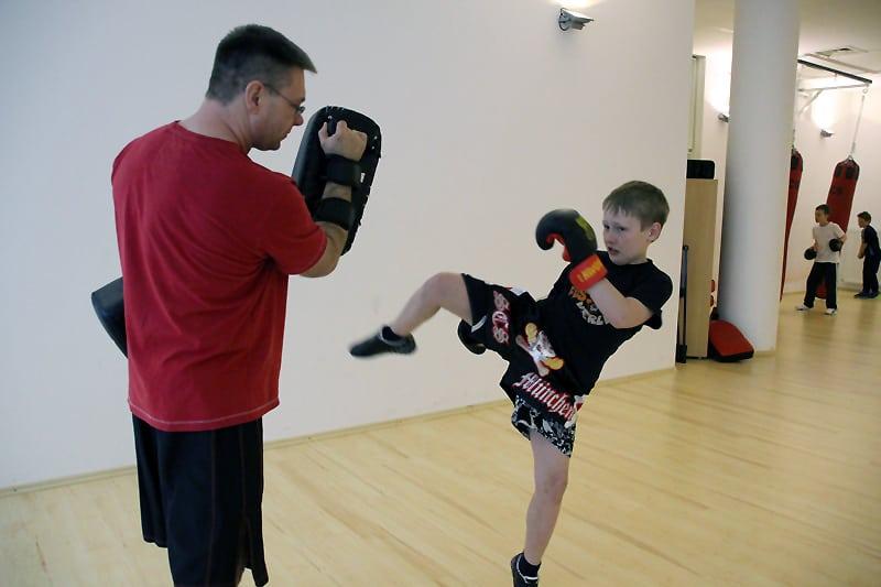 Trainer Marc Schaffrath beim Pratzentraining mit Felix